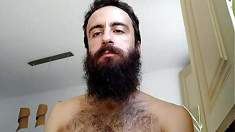 Love to watch hairy and sexy guys while they dont know it